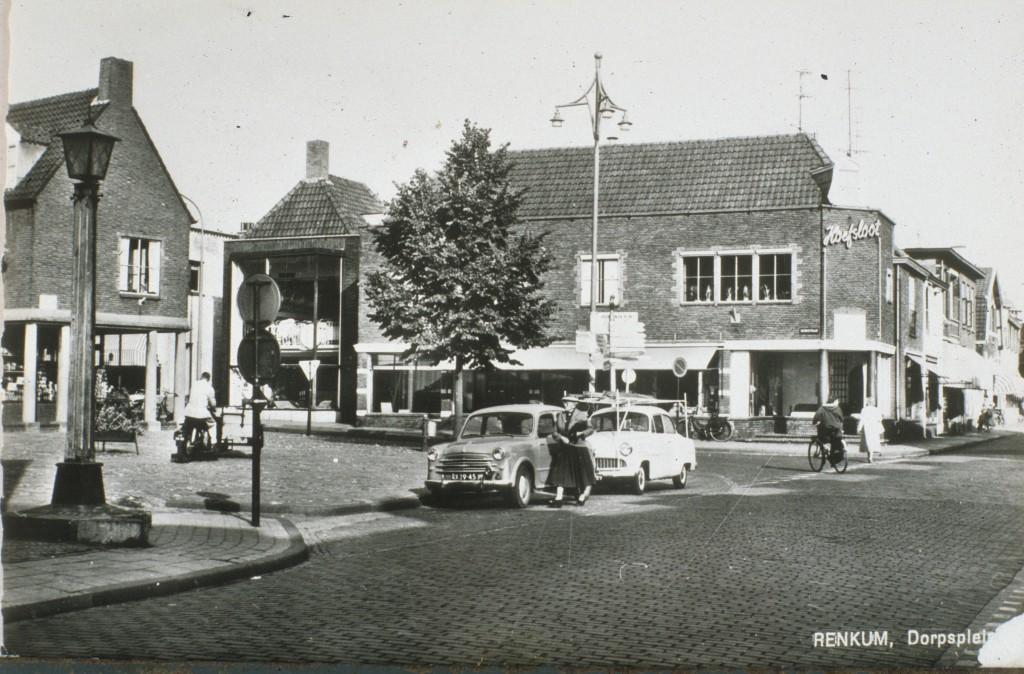 Het zelfde Dorpsplein na de wederopbouw in de jaren `60 van de vorige eeuw.