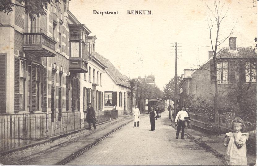 """Rechts het eerste pand na de villa """"Roozenburg"""", café """"De Strondpot"""", later groentewinkel Jacobsen."""