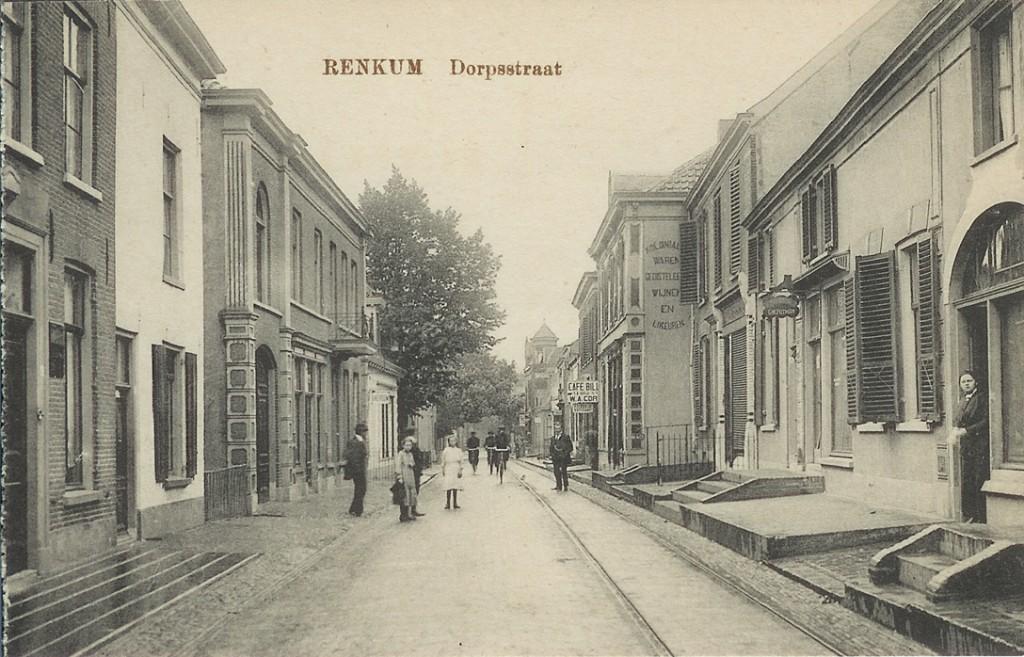 Links achteraan het pand (met balkon) van Ten Hoopen met daarvoor de drogisterij Liefferink