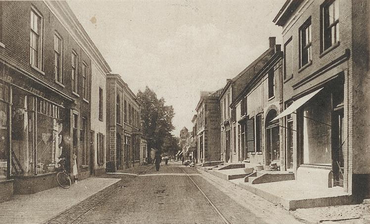 Links het pand van de koperslager Bloemendaal, later boekwinkel.