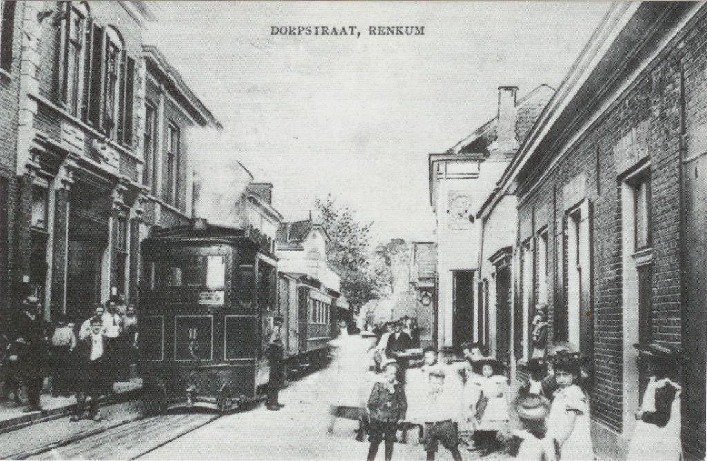 Hier hebben we, links, zicht op de slagerij Sternfeld, de manufacturenwinkel van Bergerfort en het pand van Anthonie Kroon. Pal voor deze panden lag een halteplaats van de OSM., waarvan hier een tramstel halt maakt.