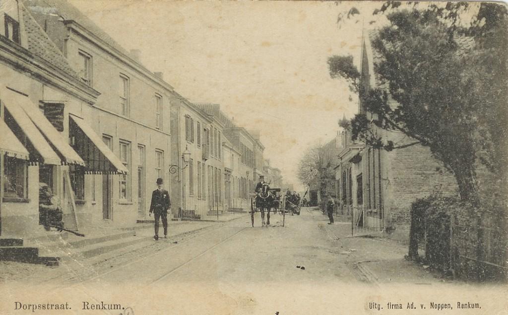 Links de winkel van de firma H. Klein Molenkamp. Daar was, gezien het uithangbord tevens een depot gevestigd van de firma Winkel &Co uit Apeldoorn. Rechts daarvan de koperslager Bernardus Wessels, naar wie het naar links lopende steegje (achter de lantaarn) was genoemd.