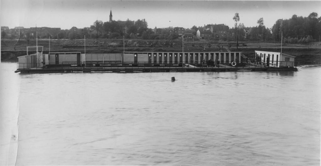 Zicht op het Rijnzwembad vanaf de zuidoever van de Rijn.