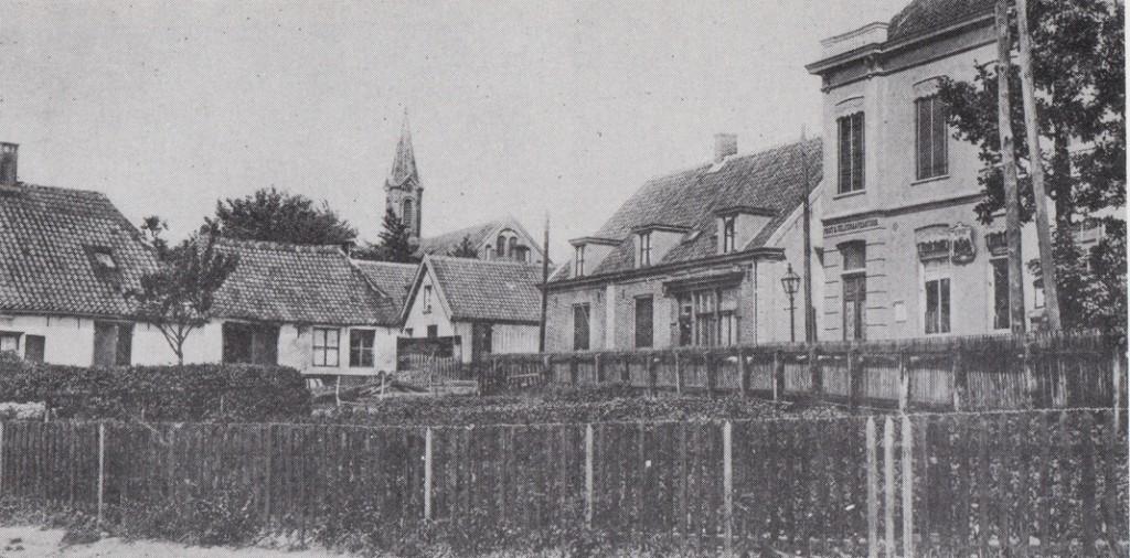 """De tuin van Jansen de wagenmaker/radmaker, die de achterzijde van het tweede huis van rechts, """"Hoekenburg"""", (nu de Achterdorpsstraat) bewoonde. Rechts daarvan het, tijdelijk, tweede postkantoor, later politiebureau en (hulp) gemeentesecretarie. In 1884 werd hier Jan Diederik Doorman benoemd tot directeur van het postkantoor.(Foto rond 1905).In 1910 werd op deze open ruimte het nieuwe postkantoor gebouwd. Geheel links de winkel van Gijs Lamers, de postbode van Renkum"""