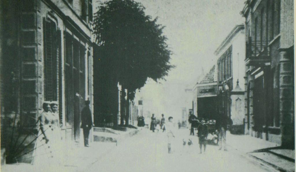 Links het pand van schoenmaker Van Beukeren met daarachter het pand van Schut bij de twee lindebomen. Het pand van de vrachtrijder/keuterboer Schut lag pal tegenover de postschuur van Te Water.