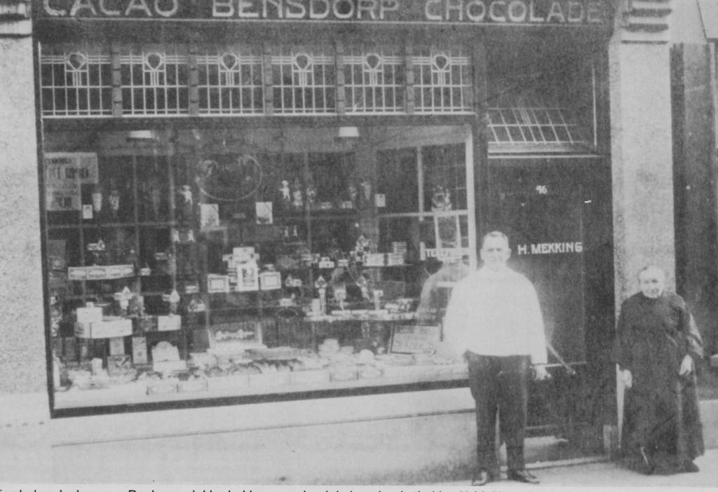 De winkel van bakker Hendrik Mekking. Moeder Janna Mekking- Aalbers en zoon staan voor de winkel.