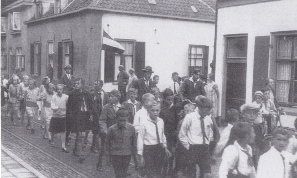 Koninginnedag 1934. Optocht ter hoogte van de voormalige kolenhandel Van Riessen.