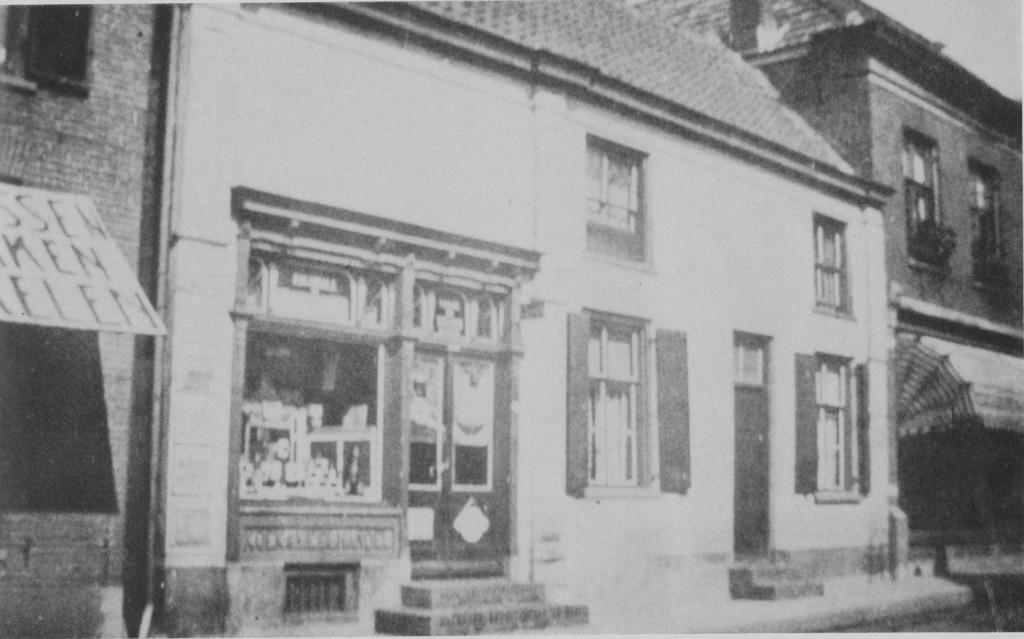 """De voormalige herberg """"Het Molentje"""" van Willem van Deelen, na verbouwing tot winkel, de kruidenierswinkel van Van der Helm. Rechts een deel van de dames- kostschool."""