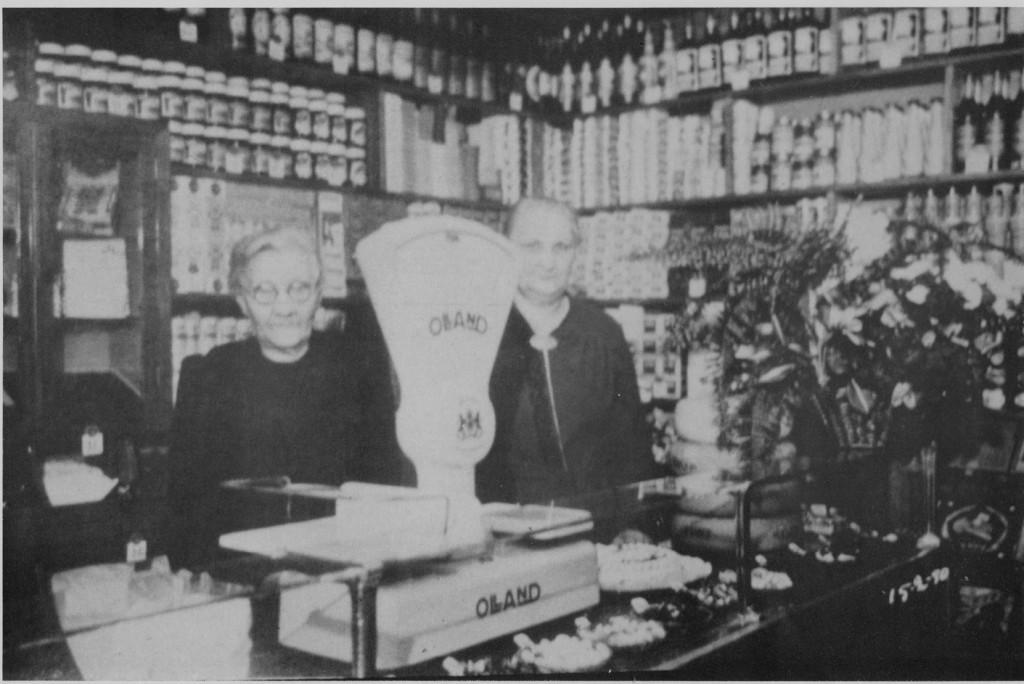 De dochters Jaantje en Daatje van de Helm in hun kruidenierswinkel.