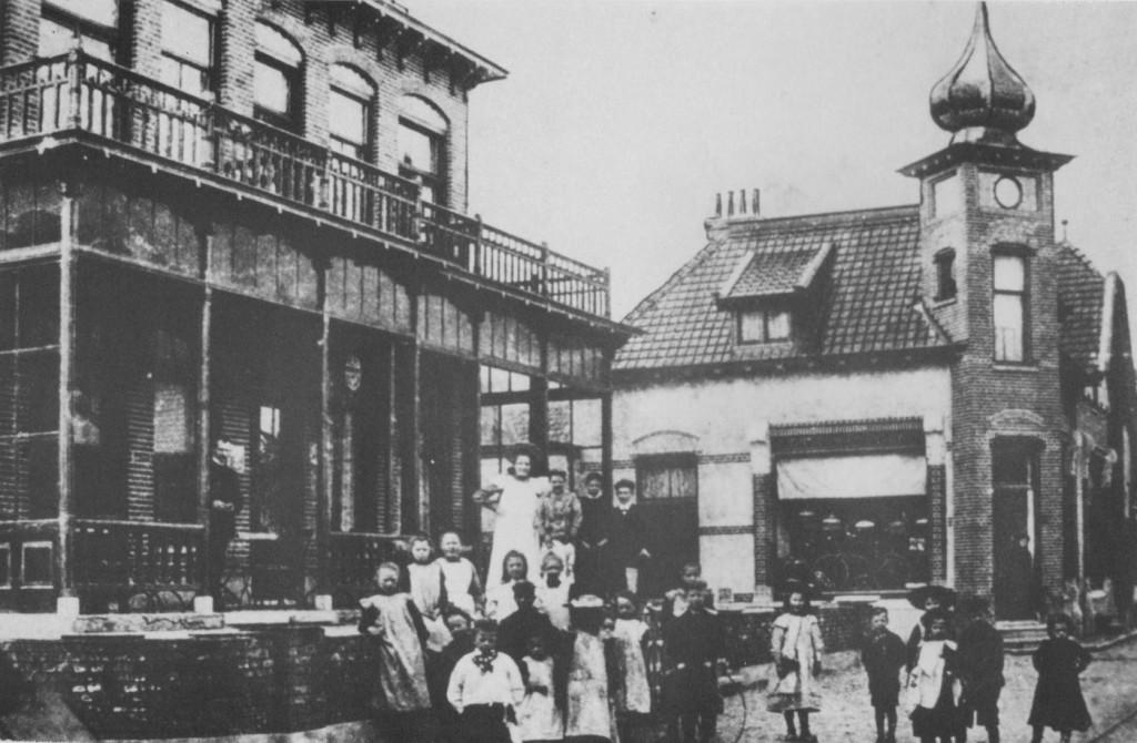 Links het voormalige Hotel Remmerde, met op de achtergrond de winkel met huis en klok zoals mevrouw Le Maitre dit in 1898 liet bouwen.
