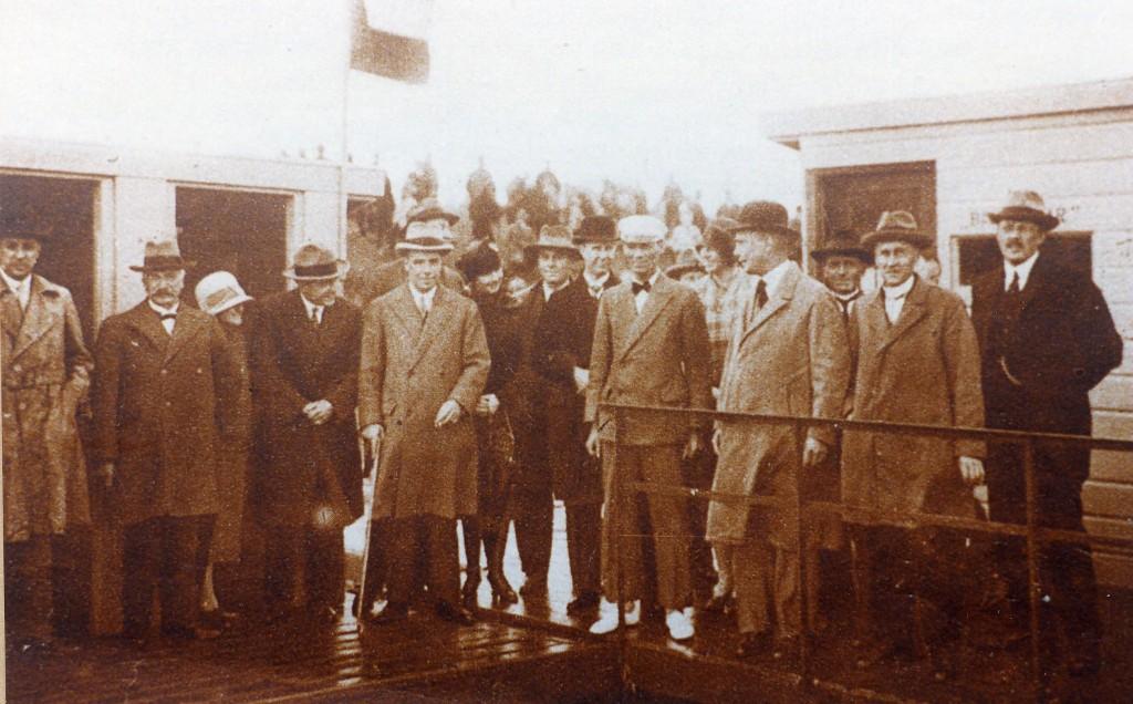 De opening van het Renkums Rijnbad in 1929. Op de foto tweede van links staat de door Van Gelder Papierfabrieken afgevaardigde fabrieksbaas van de aan de haven gelegen fabriek II, Geurt Bosveld.