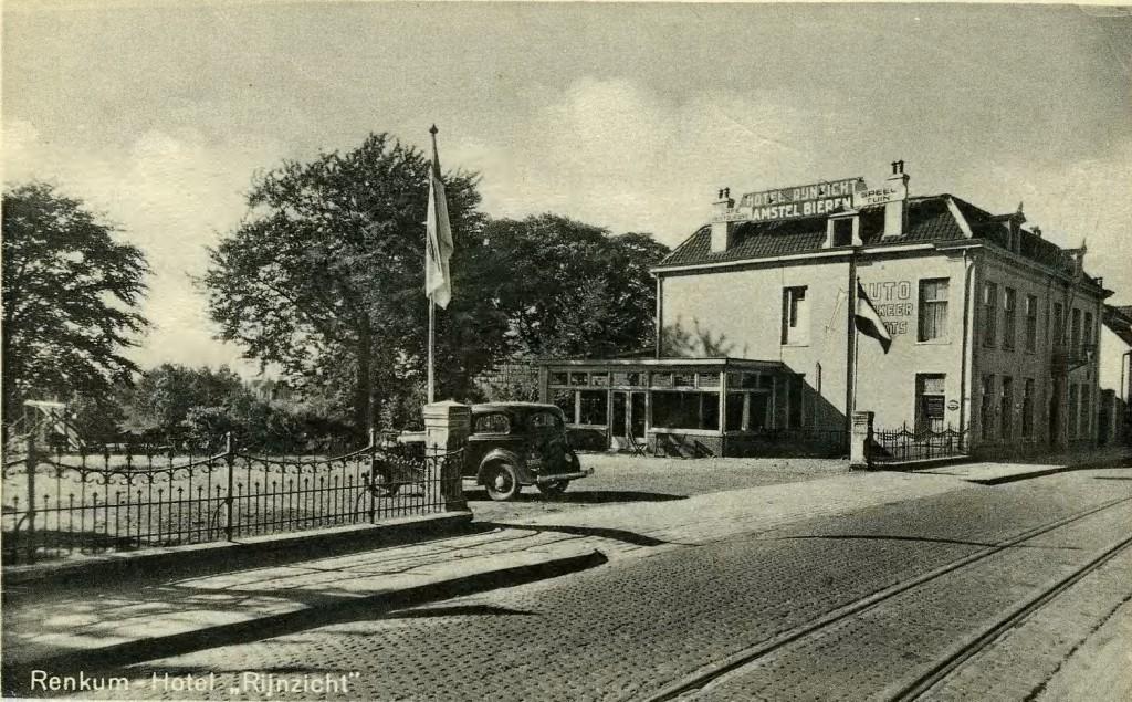 Het hotel rond de jaren 1940.De inrijpoort is aanmerkelijk verbreed.