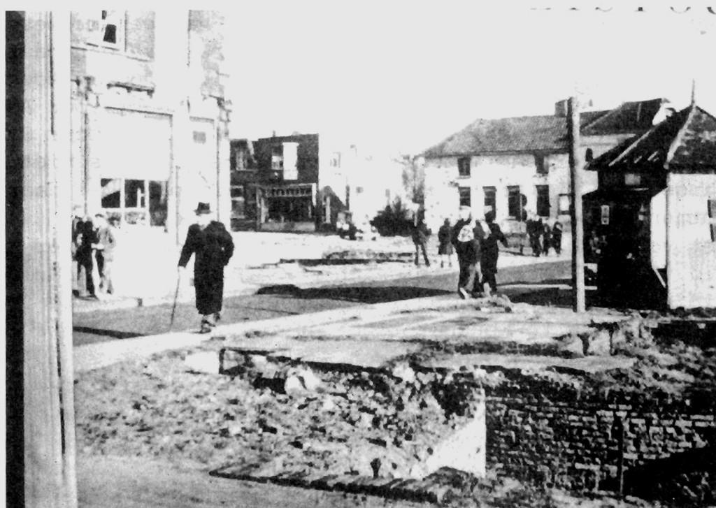"""Kruising Dorpsstraat/Veerweg/Kerkstraat. Het geeft een beeld van de toestand zoals die na de Oorlogswinter van 1944/45 werd aangetroffen. Het puin is geruimd, maar van herbouw is nog geen sprake. Het is inmiddels al 1950 toen deze foto werd genomen. Aan de overzijde stond eens de winkel van Anthonie Kroon. Rechts de fundamenten van """"Hotel Verwaaijen""""."""