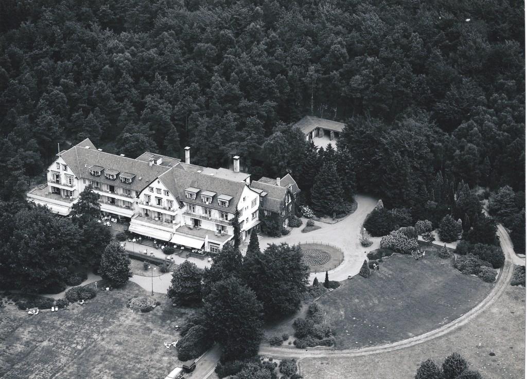 Het hotel de Bilderberg na verbouwing in 1933. Het oorspronkelijke huis van Van Tienhoven tekent zich duidelijk af.