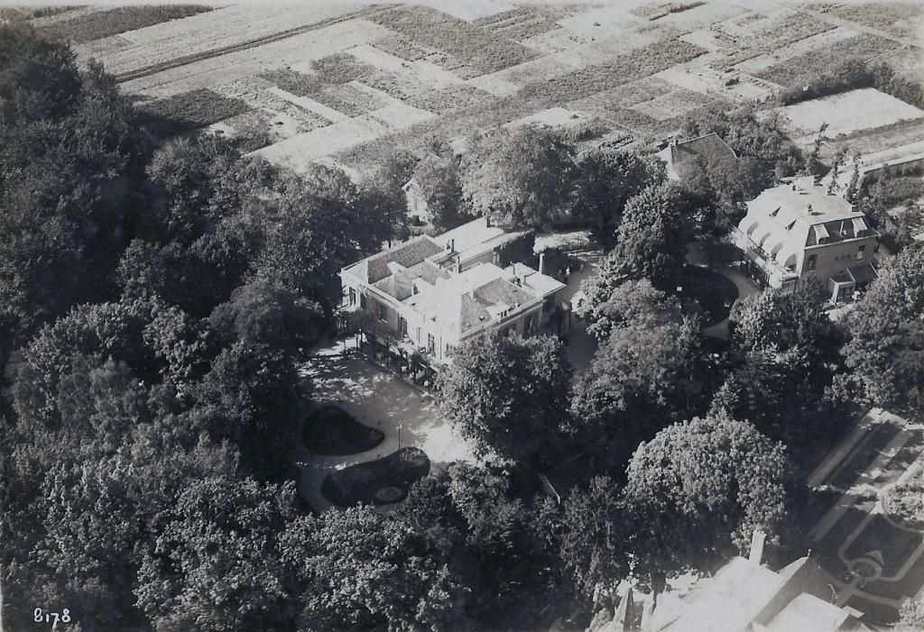 Hotel de Tafelberg met de in 1907 door Ogterop gebouwde dependance. Links de akkers op de plek waar na WOII de Talsmalaan zou komen en rechts de streng geometrisch aangelegde tuin van Overzicht met bewoner Mathijs Sanders.