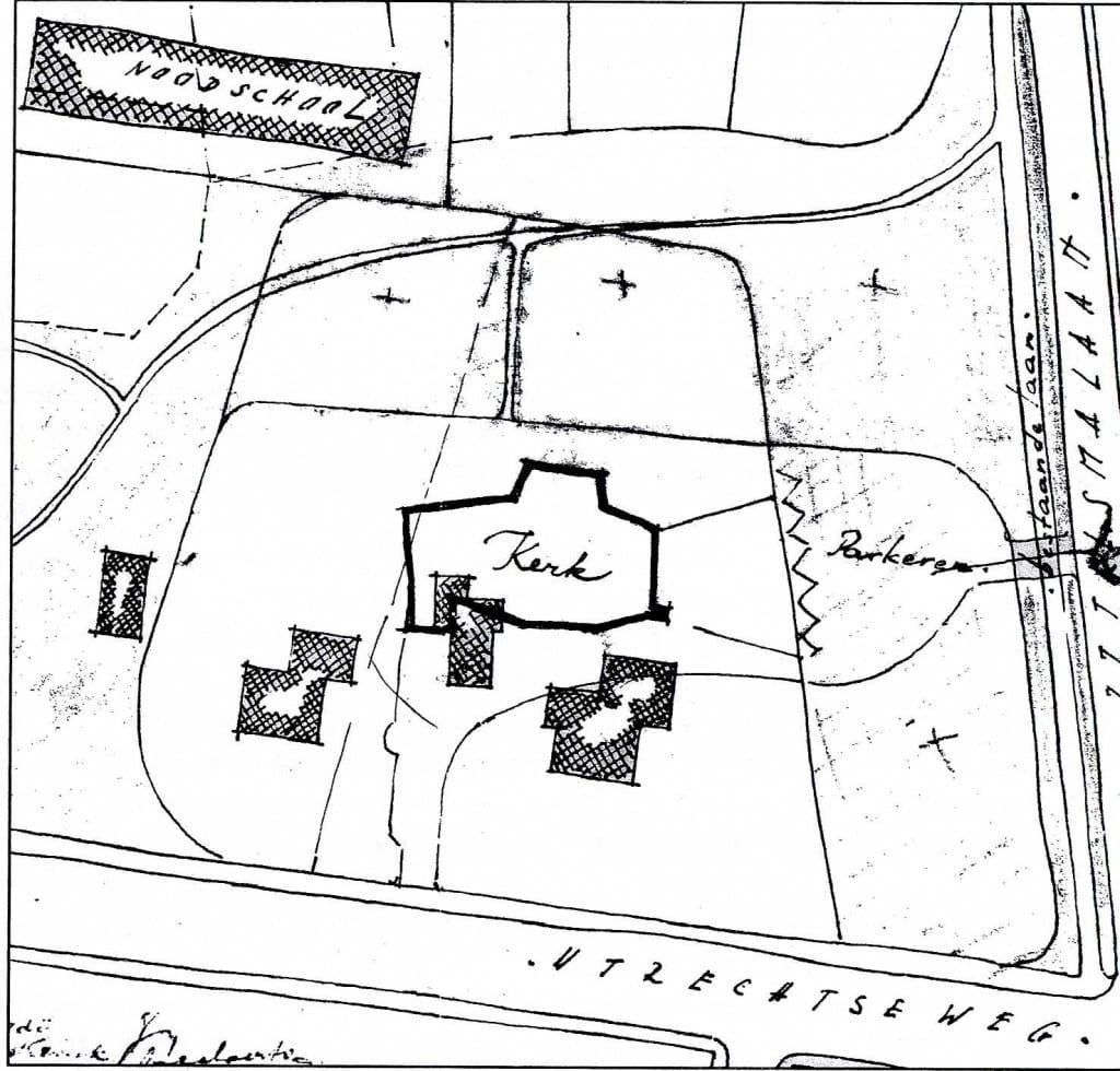 """Op deze plattegrond zien we links van de kerk het nog bestaande """"Oosterpark"""" dat in dit plan niet zou worden afgebroken en rechts-onder de kerk """"Westerpark"""" dat na de oplevering van de kerk wel werd afgebroken."""