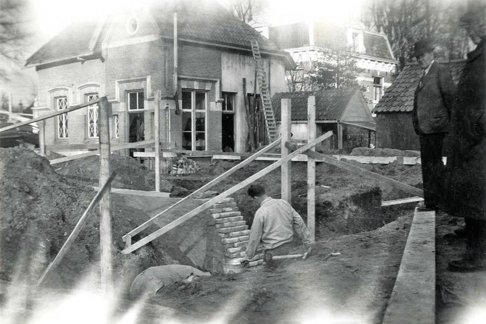 """het voormalig koetshuis van """"Westerpark"""" tijdens de bouw van de Goede herderkerk."""