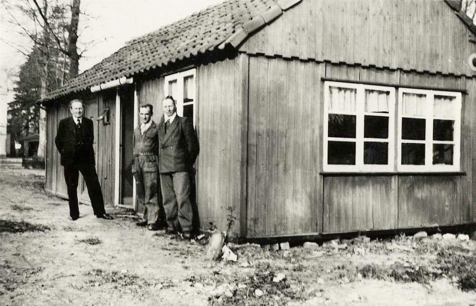 Coenraad, Van Steenis en de aannemer Zeeman voor de bouwkeet.