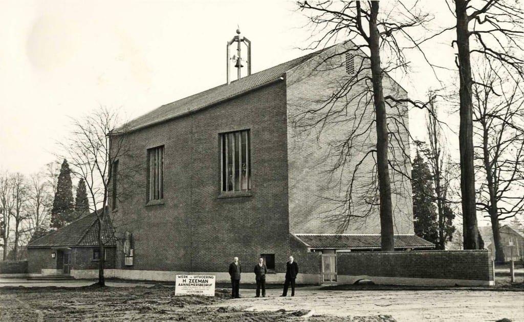 Begin maart 1952 is dekerk gereed en poseert de aannemer Zeeman trots voor zijn bouwwerk.