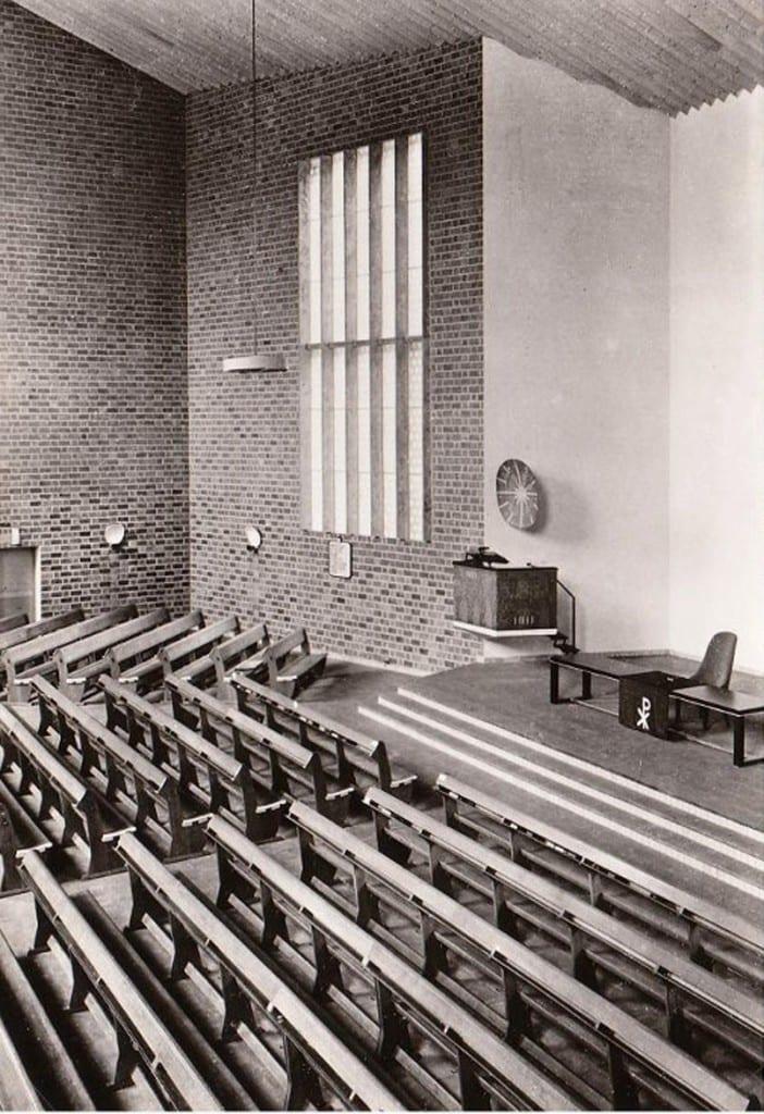 """Het interieur van de kerkzaal van de """"Goeder Herderkerk""""."""