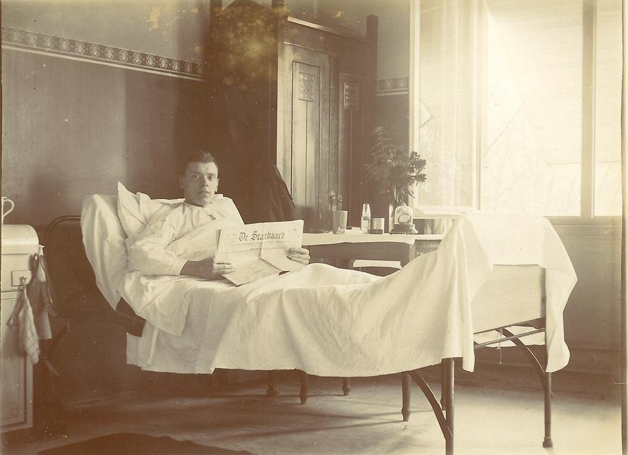 Pieter Ruijtenberg in rust de krant lezend.