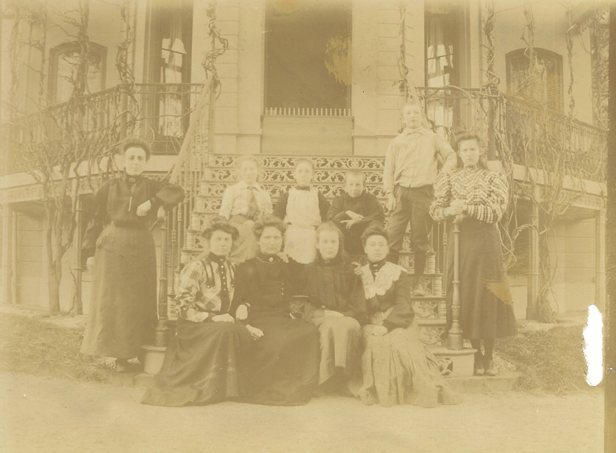 Een familieportret gemaakt op ONO met moeder Anna Catharina Maria van Dongen en de acht broers en zussen van Pieter Ruijtenberg.