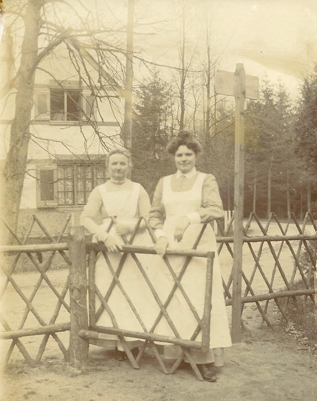 Een tweetal verpleegsters voor het huis waarin Pieter kennelijk werd verpleegd. Het hek met op de achtergrond het huis , vaak met familieleden poserend, komt veel voor op foto's in het album.