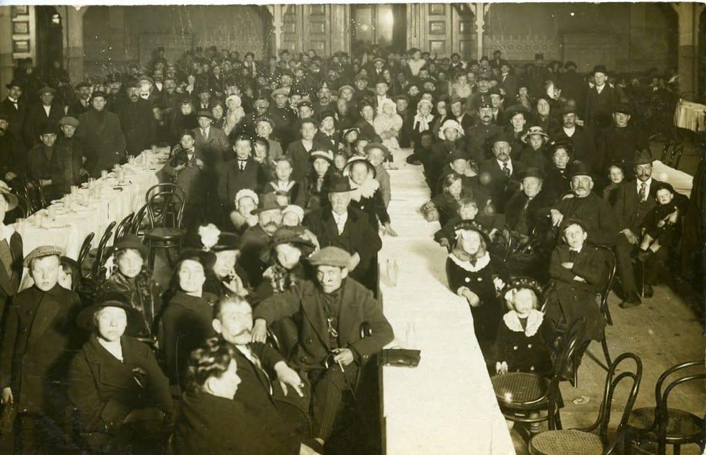 Belgische vluchtelingen bij een eerste opvang in de grote zaal van Musis Sacrum te Arnhem.