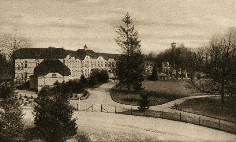 Zicht vanaf de eerste verdieping van de woning van Donath op het sanatorium.