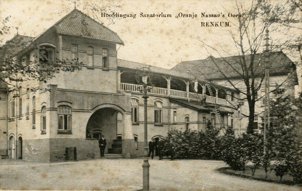Rechts van de gebouwen op bovenstaande foto komen we bij de hoofdingang van het sanatorium met de portiersloge.