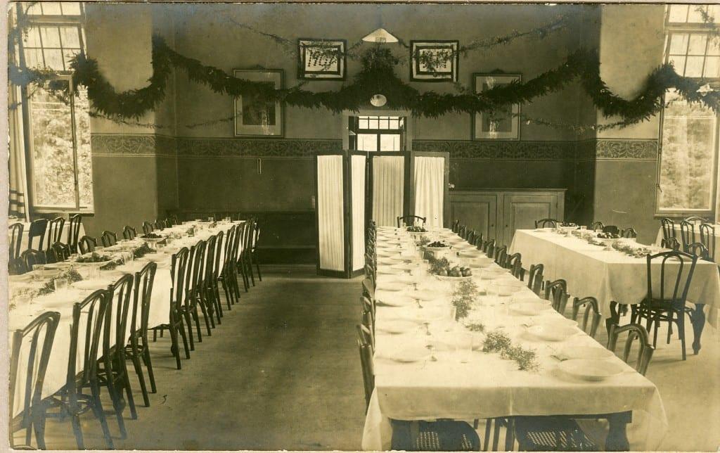 De eetzaal van het sanatorium uit een andere hoek.