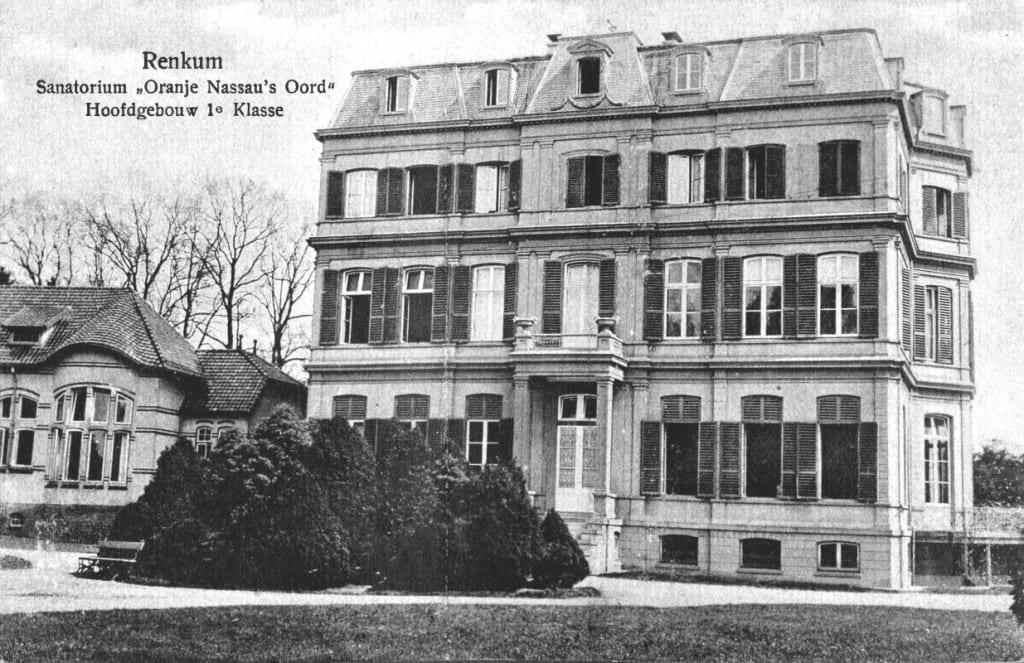 Voorzijde van het hoofdgebouw met de eerste klasse afdeling.