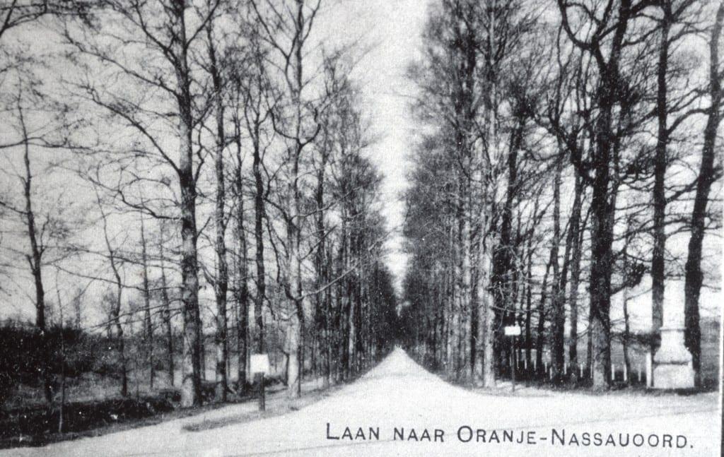 Hoofdlaan in noordelijke richting vanaf de Rijksstraatweg. Op deze kaart is de linker inrijzuil verdwenen.