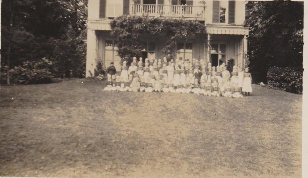 """Pupillen van """"Talitha"""" op het gazon van de villa """"Rijnheuvel."""