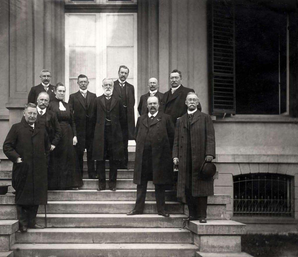 Het door financiële perikelen getroffen bestuur op het bordes van het hoofdgebouw in 1911.