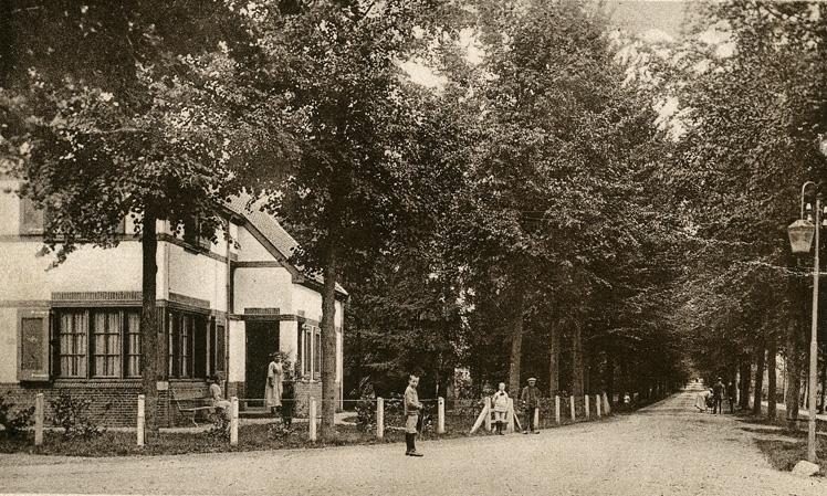 Aangekomen bij de boswachterswong loopt op het kruispunt naar het noorden (rechts) de Boslaan met rechts de ommuurde moestuin.