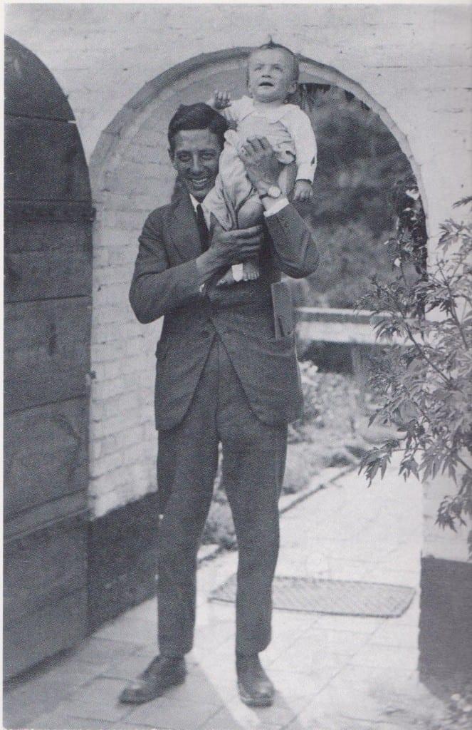 Frits Adolf Eschauzier met zoon Frits bij de Wageningse woning. Frits jr. werd later ook architect en tekende mee bij het ontwerp van de Goede Herderkerk.