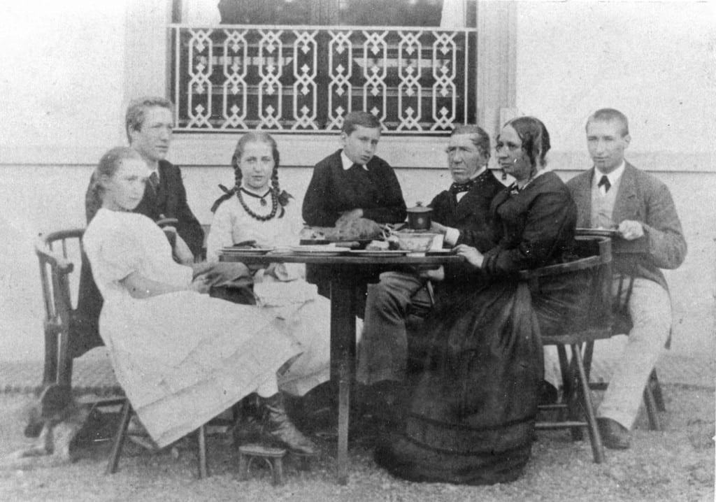 V.l.n.r. Anna Geertruida, Bastiaan Adriaan, Maria, Matthijs, Theodorus, Maria Westendorp en Johan Sanders. In 1871 op het terras van Hartenstein.