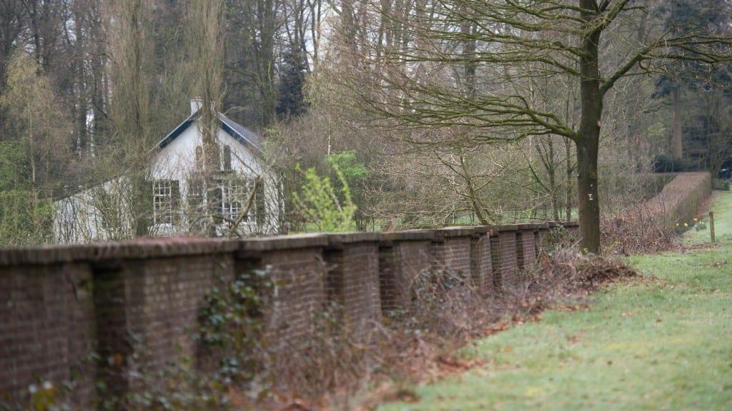 Nu in de ommuurde tuin staande ziet men nabij de zui