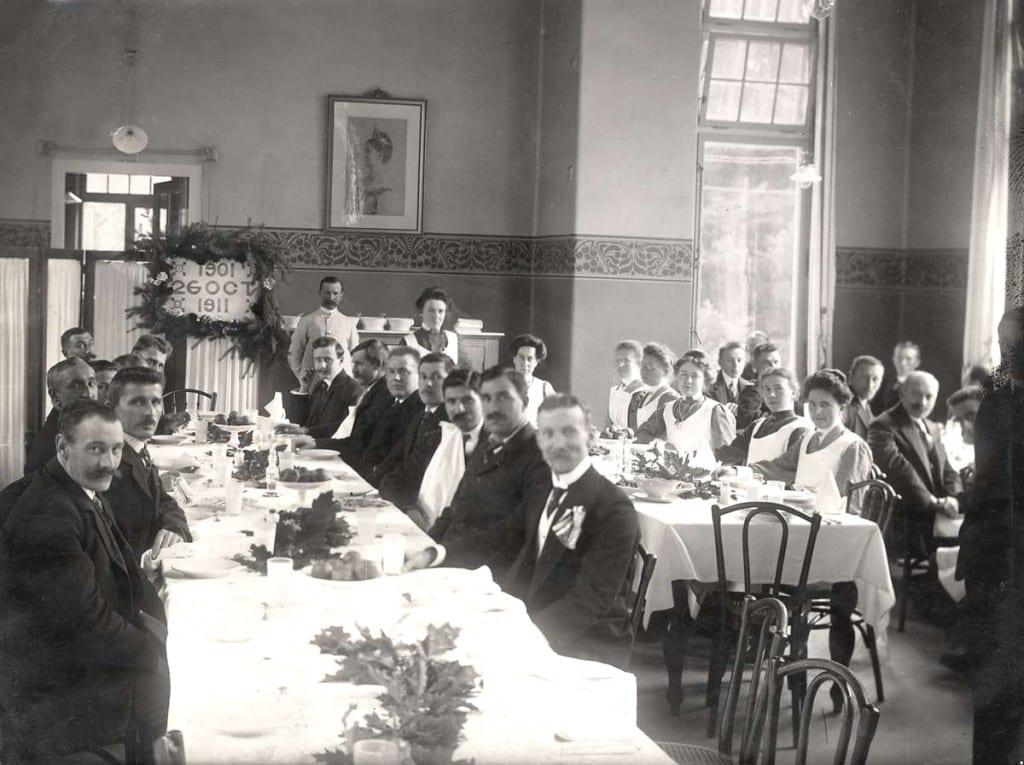 Het personeel van ONO tijdens het feestmaal t.g.v. het tienjarig bestaan.