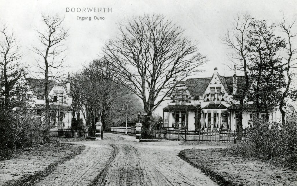 Rechts Eikenhof de woning van dr. Levisohn, met links ervan het huis Woudlust.