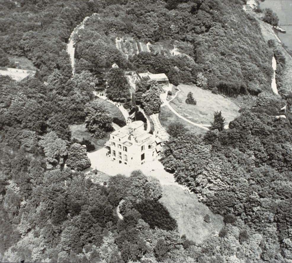 Luchtfoto van het hotel de Duno waar De Graaff de scepter zwaaide. Aan de onderkant van de foto de grans met het westelijk ervan gelegen gebied van het Jagershuis.