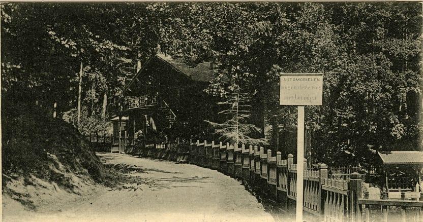 Nabij de zuidelijk van het huis gelegen vijver stonden in de negentiende en vroeg twintigste eeuw een slagboom die de voortgang van automobilen belemmerde. Op het hier afgebeelde bord wordt meling gemaakt van een verbod om met automobielen de Italiaaanseweg op te rijden.
