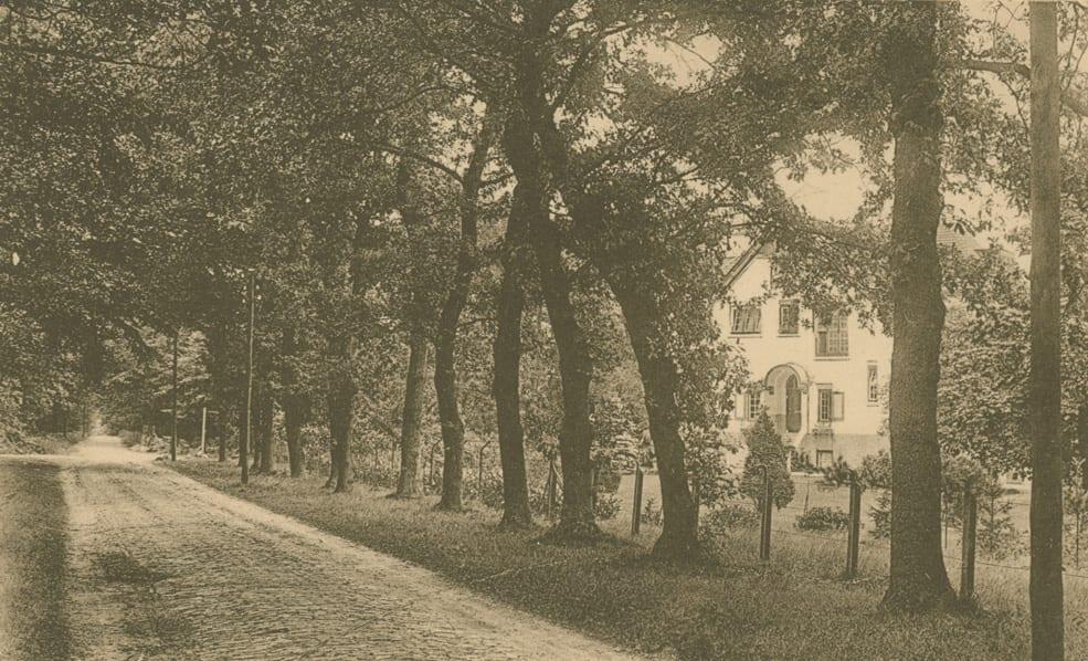 De Italiaanseweg met rechts de villa Jacoher van de familie Van Nispen tot Pannerden.