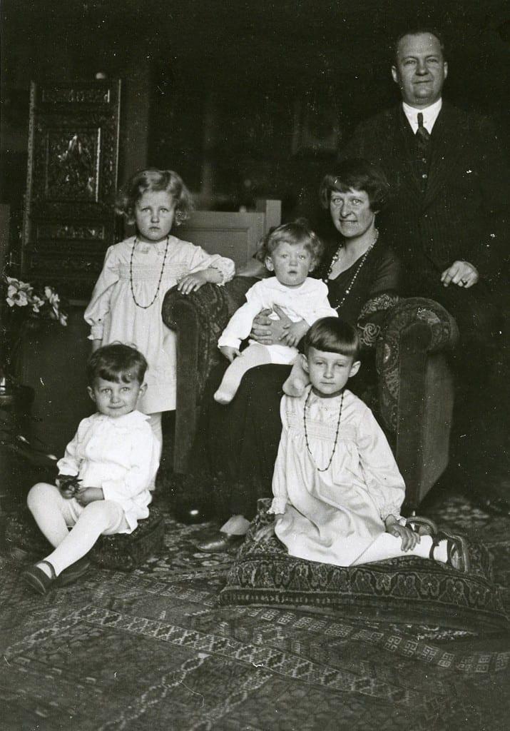 Het echtpaar Driessen- Lustergon met vier van hun kinderen, Theo, Madeleine, Wonne en Herman . Foto van 1934.