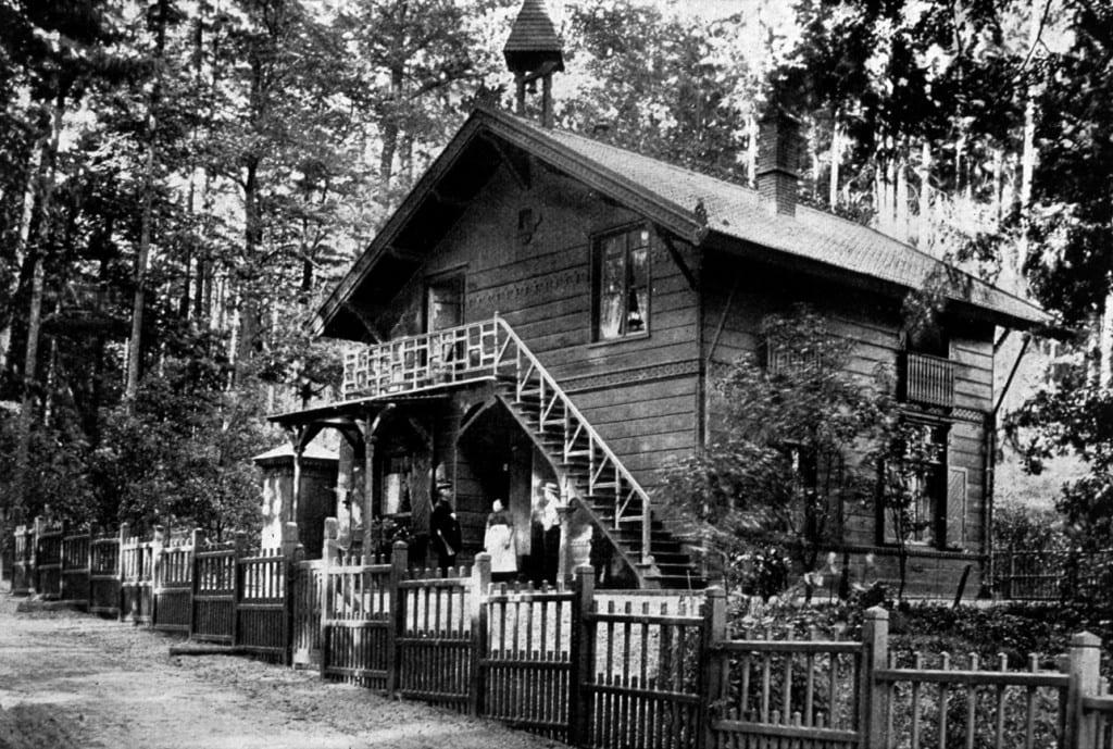 Het in opdracht van Scheffer gebouwde Jagershuis. Links de jachtopziener Blankenspoor.