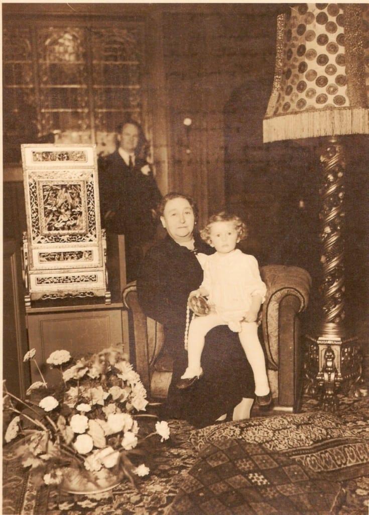 Helen Driessen op schoot bij haar tante Tiene met op de achtergrond haar vader.