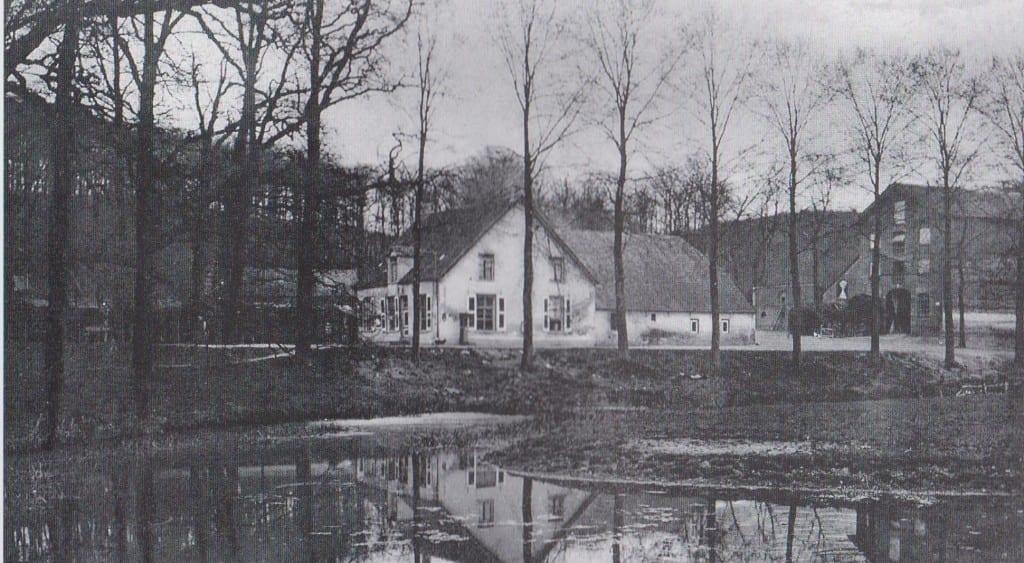 De uitspanning de Zalmen met rechts de graanschuur. Achter de Zalmen, niet zichtbaar, lag de boerderij van Van den Born.