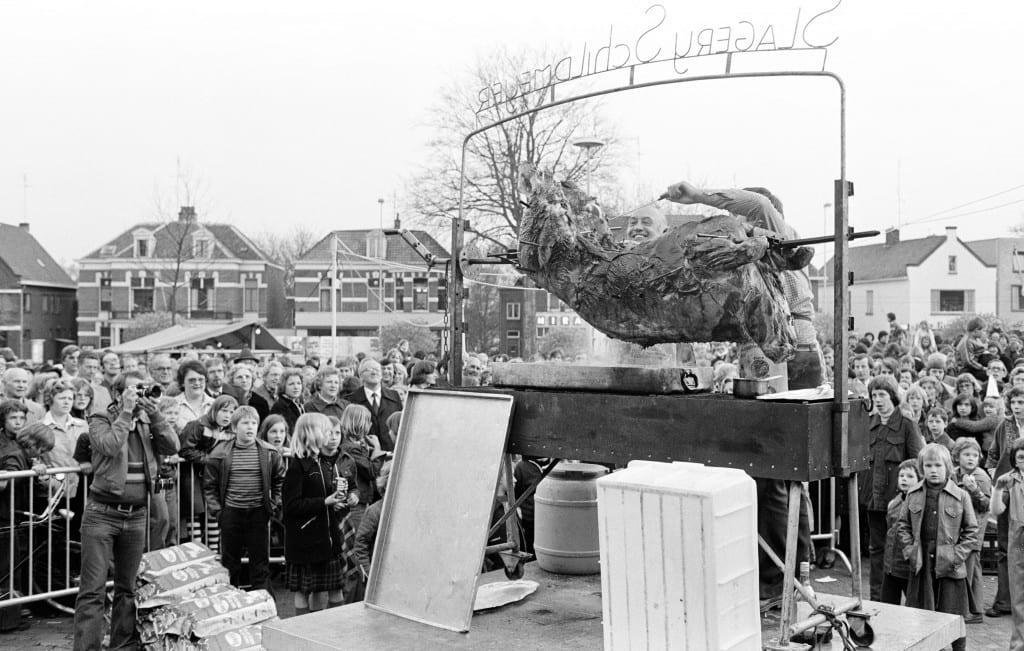 1977-04-30 Oosterbeek - Burgemeester Holthe van Echten snijdt gebraden os aan op raadhuisplein 679-0003
